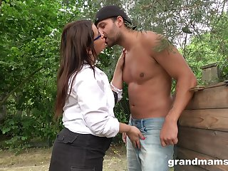 Wild and a bit chubby of age lady in glasses gives a nice head outdoors