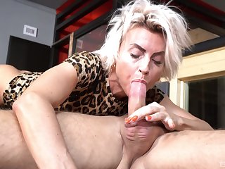 Hot bore mature Pavlina spreads her legs to shrink from fucked by a girder